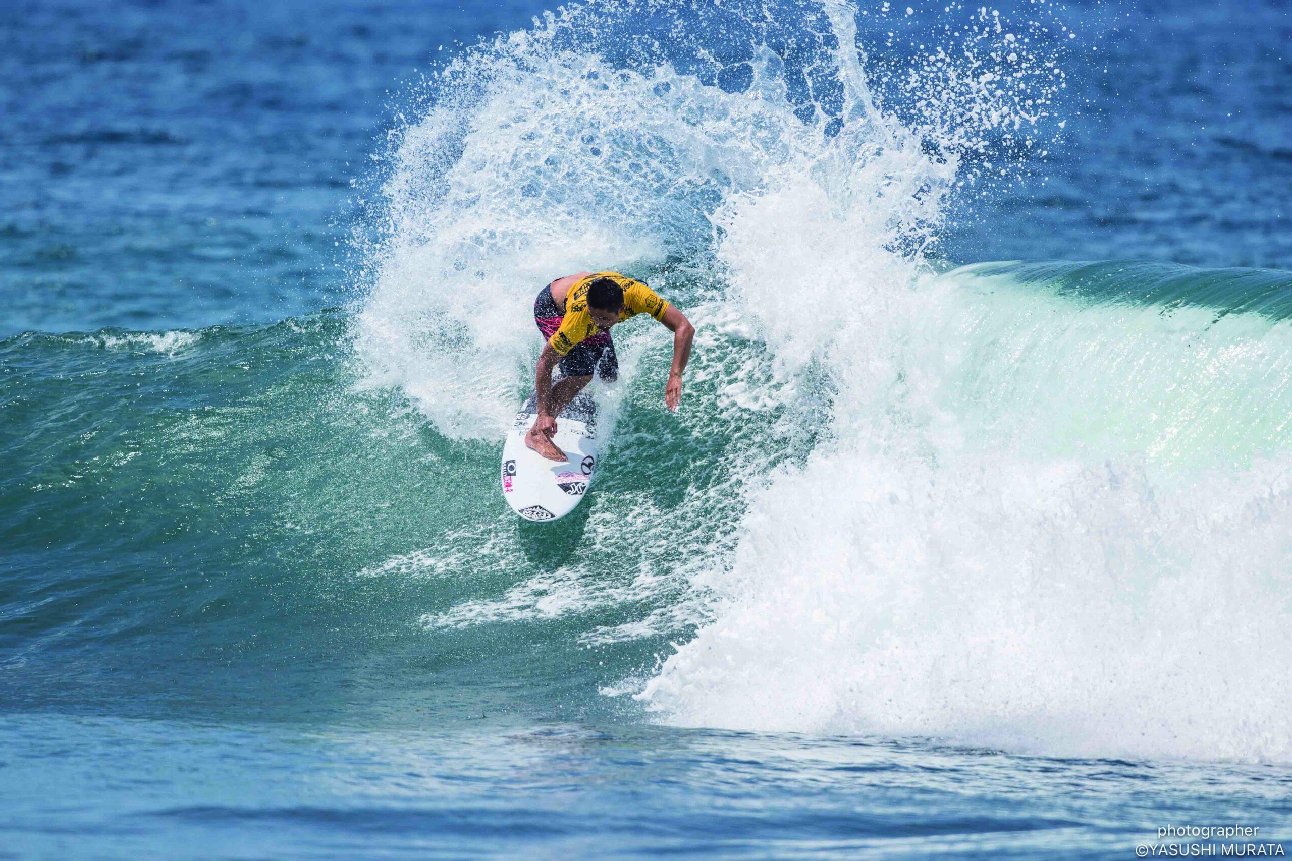 サーフィンをする高梨直人